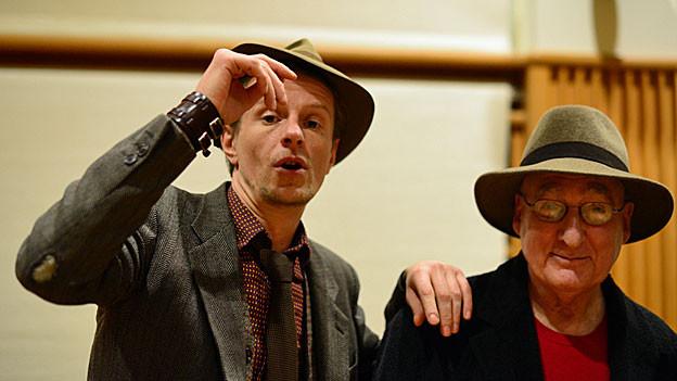 Schauspieler Alexander Scheer mit Autor und Regisseur David Zane Mairowitz im Hörspielstudio.irwitz im Hörspielstudio.