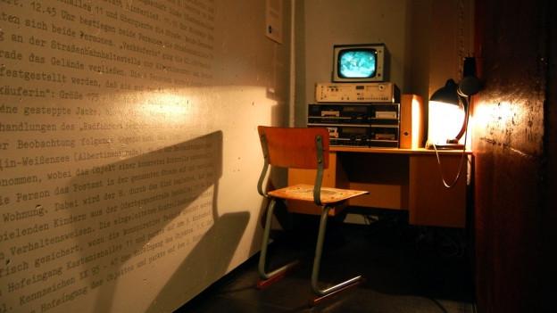 Ein Raum mit Stuhl, Lampe und einem Snooping-Gerät.