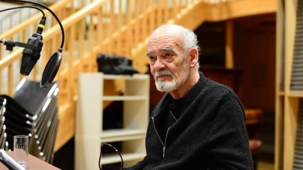 Hans-Michael Rehberg im Hörspielstudio.