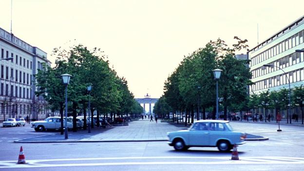 Ostberlin 1970 - ein Trabant fährt auf der Strasse Unter den Linden