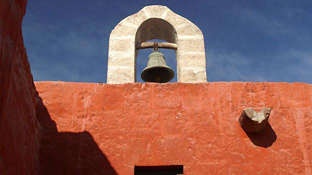 Kirchenturm mit Glocke in Südamerika