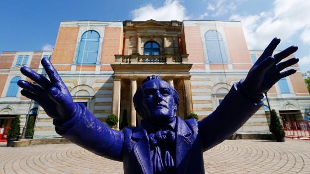 Richard Wagners Statue vor dem Opernhaus in Bayreuth: Im Hörspiel macht er Probleme.