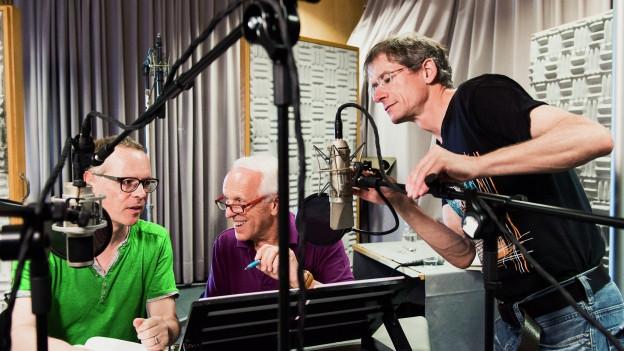 Im Hörspielstudio: Regisseur Reto Ott, WAM und Hörspiel-Tontechniker Ueli Karlen.