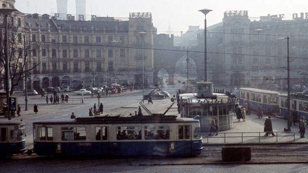 Ein Tram fährt durch die Innenstadt Münchens, 1964.