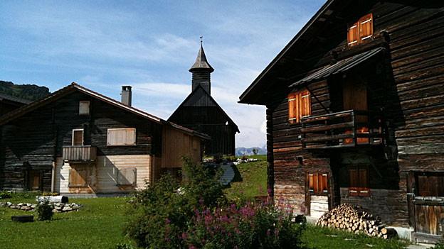 Bergkapelle und Walserhäuser in Obermutten