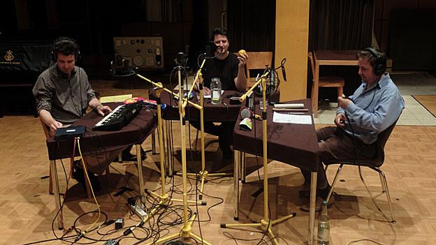 Achim Parterre, Matto Kämpf, Rolf Hermann im Hörspielstudio
