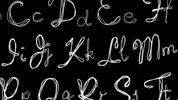 Buchstaben aus Kreide auf einer Tafel.