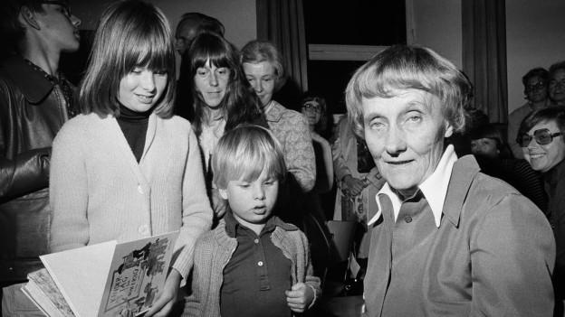 Astrid Lindgren gibt Autogramme in Amriswil (1975).