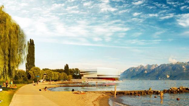 Seeufer mit Bergen im Hintergrund