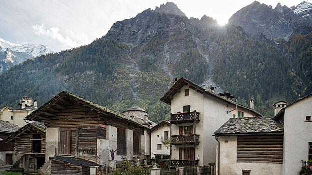 Häuser in Vicosoprano und Blick auf die Berge