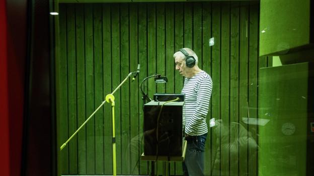 Ueli Jäggi als Hunkeler im Basler Hörspielstudio.