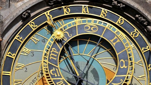 Was steckt hinter dem Geheimnis der Zeit? Ein junger Wissenschaftler findet's heraus.