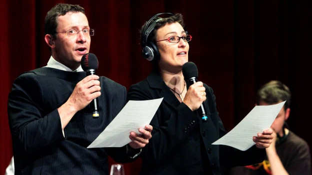 Symbolbild: Zwei Personen während den Aufnahmen eines Hörspielts.