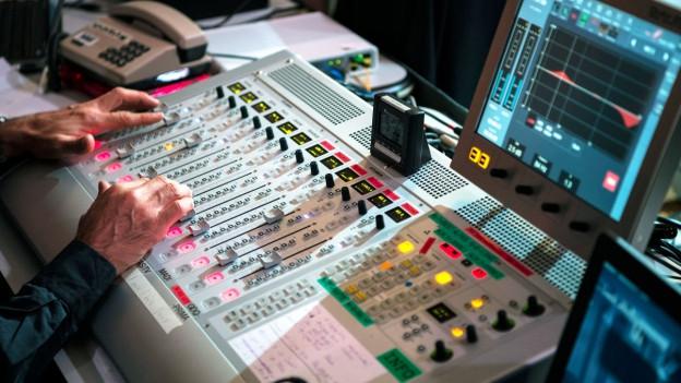 Symbolbild: Ein Tontechnikers bei der Arbeit.