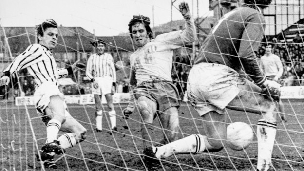 Rosario Martinelli, Mitte, erzielt an Freiburg-Goalie Dafflon vorbei den 1 zu 0 Fuehrungstreffer fuer den FC Zuerich, aufgenommen am 22. November 1970 im Letzigrundstadion in Zuerich beim Nationalliga A Meisterschaftsspiel FCZ gegen den FC Freiburg. Das Spiel endet 1 zu 1 remis.