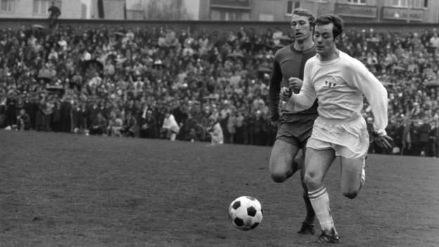 Koebi Kuhn, FCZ, (rechts) im Laufduell mit Karl Odermatt, FCB, aufgenommen im April 1970, Ort unbekannt. Die beiden besten Mittelfeldspieler der Schweiz und ihre beiden Teams FC Zuerich und FC Basel dominierten in den siebziger Jahren die Schweizer Fussballmeisterschaft.