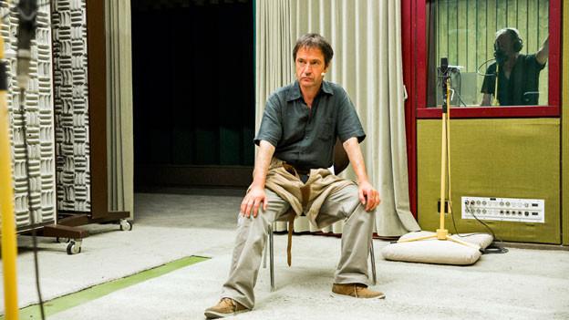 Im Hörspiel wird das Sägemehl mit dem Teppich getauscht: Walter Sigi Arnold als Schwinger Roth Hanspeter, im Hintergrund Speaker Joschi Kühne.