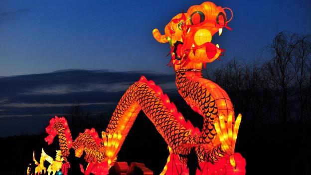 Symbolbild: Drachenlaterne an einer Parade.