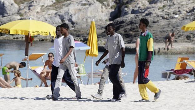 Flüchtlinge am Strand von Lampedusa.