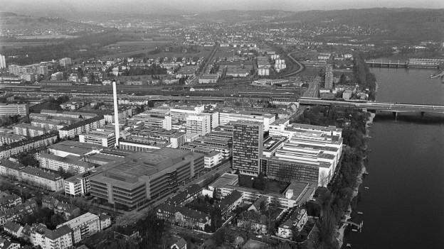 Luftaufnahme der Basler Industrie um die Wende 1989.