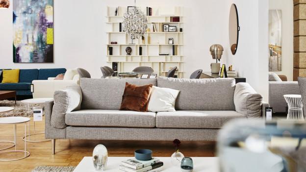Foto aus einem Möbelhau, das Sofas ausstellt