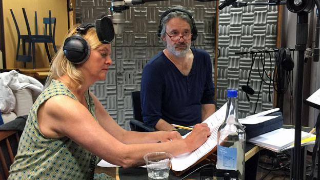 Annette Wunsch (Cecile) und Gian Rupf (Philippe) im Hörspielstudio.