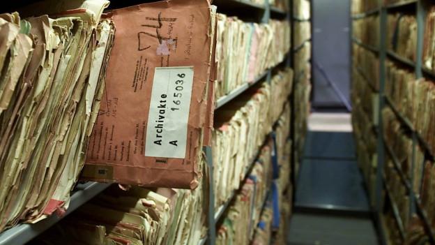 Vergilbte Akten in einem Archiv