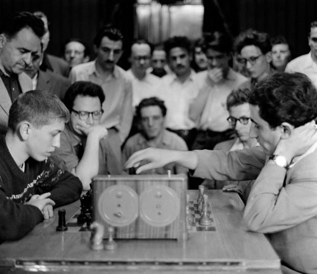 Der 15 Jahre alte Bobby Fischer spielt Schach gegen den Russen Tigran Petrosian 1958.