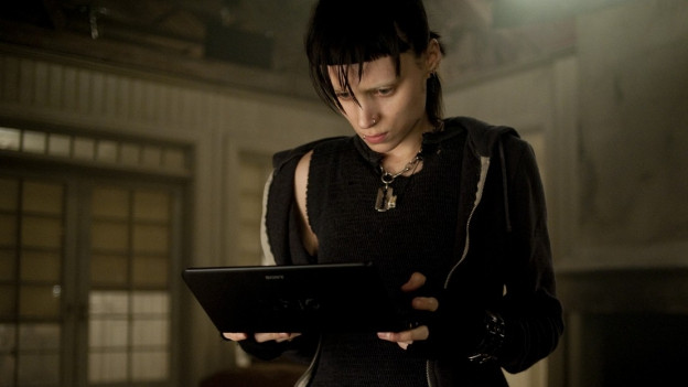 Filmstill aus dem Film Verblendung - eine junge Frau schaut auf ein Tablet.