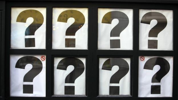 Schaufenster mit Fragenzeichen an der Scheibe