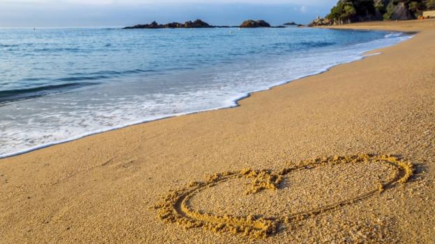 Strand mit Herz im Sand