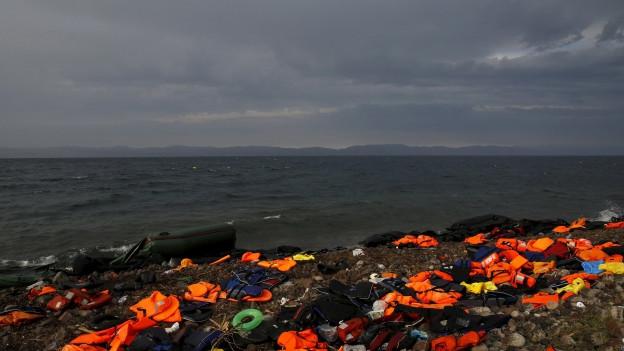 Zurückgelassene Rettungswesten an der Küste einer griechischen Insel.