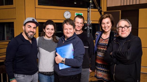 Im Hörspielstudio: Adnan Maral, Barbara Heynen, Hanspeter Müller-Drossaart, Tom Willen, Beatrice Mahler, Buschi Luginbühl.
