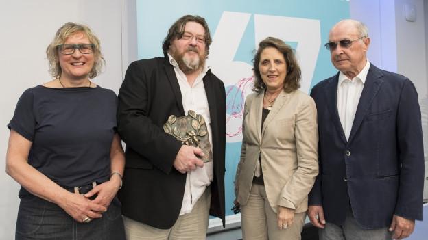 Jury-Vorsitzende Gaby Hartel, Preisträger John Burnside, Petra Müller (FMS), Hans-Dieter Hain (Bundesvorsitzender Bund der Kriegsblinden Deutschlands e.V.)