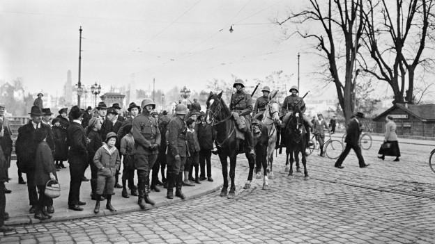 Soldaten des Ordnungsdiestes zeigen im November 1918 vor der Kornhausbrücke in Bern Präsenz.