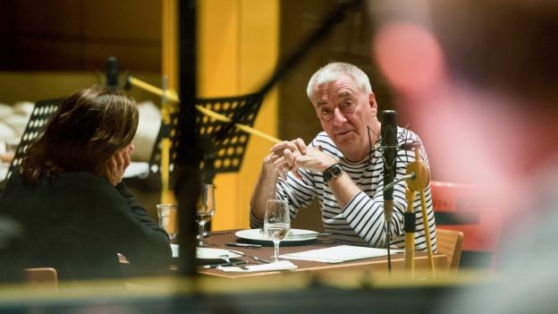 Charlotte Schwab (Hedwig) und Ueli Jäggi (Hunkeler) im Hörspielstudio.