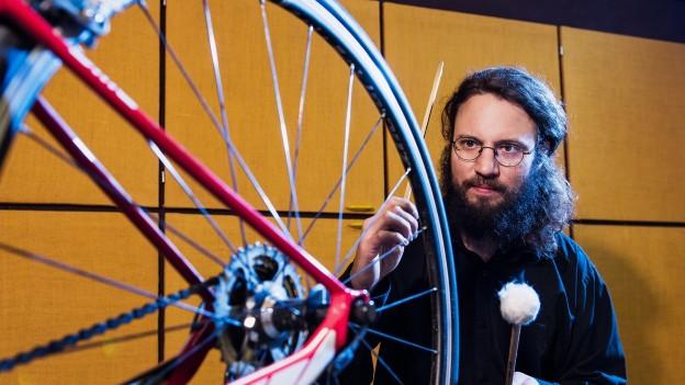 Ein Fahrrad als Instrument: Der Musiker Samuel Dühsler während der Aufnahmen im Hörspielstudio.