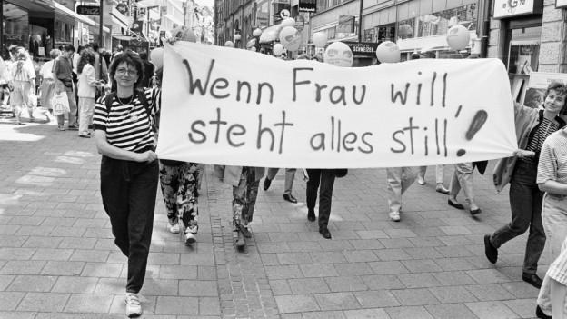 Streikende Frauen mit einem Transparent.