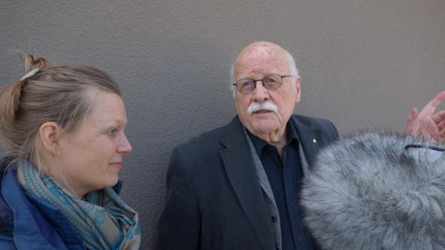 Rahel Hubacher (spricht die Enkelin) mit Heinz Stalder während der Hörspiel-Produktion.