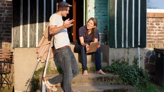 Moritz Grove (Wachs) und Regisseurin Judith Lorentz besprechen die Aufnahmen.