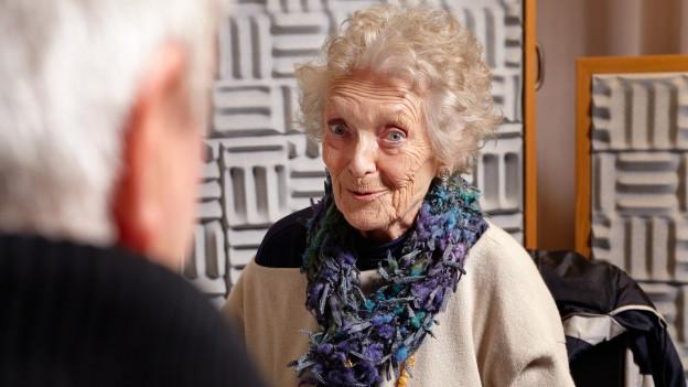 Stephanie Glaser als Nasenpööggen-Änni im Hörspielstudio.