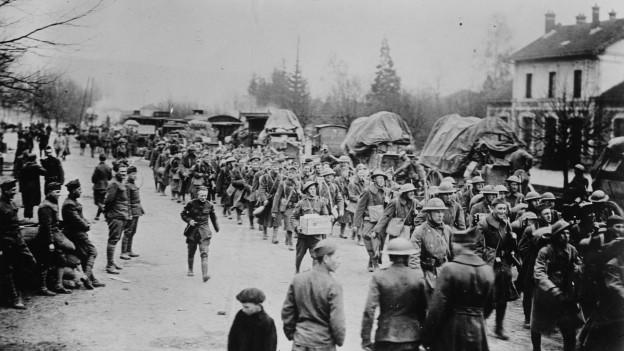 Szene im 1. Weltkrieg: Amerikanische Truppen in einem französischen Dorf.