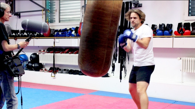 Raphaël Tschudi während der Aufnahmen im Boxstudio. Links Tontechniker Ueli Karlen.