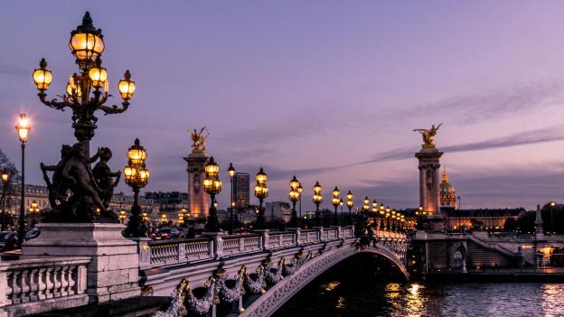 Alles beginnt auf den Strassen von Paris. (Symbolbild)