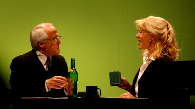 Walter Andreas Müller und Birgit Steinegger schauen sich an.
