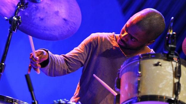 Mann am Schlagzeug.