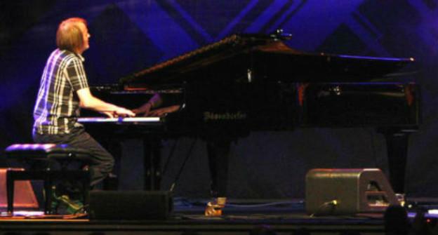 Hans Feigenwinter spielt Klavier.