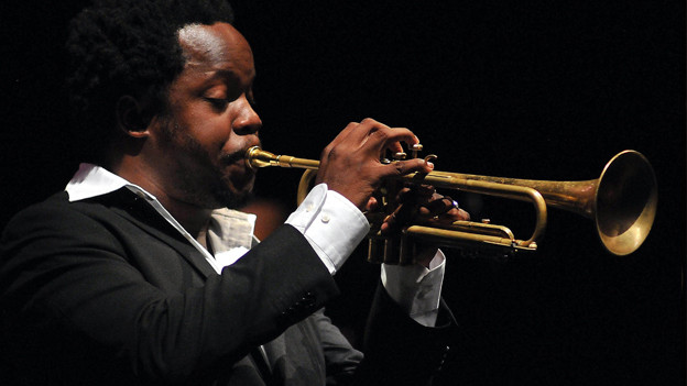 Ambrose Akinmusire spielt Trompete.