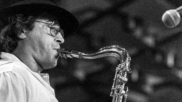 Der argentinische Jazzmusiker und Filmkomponist Leonardo «Gato» Barbieri am Saxophon.