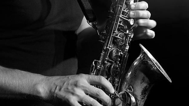 Schwarz-Weiss-Fotografie mit Saxofon.